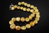 Ravhalskæde af honninggult poleret rav. Vægt 38,9 gr