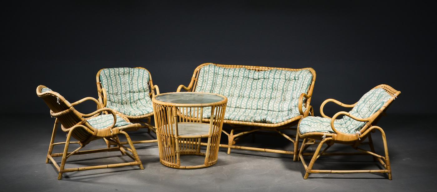 Bambusmøblement, 1950erne. 3 stole, sofa og bord - Bambusmøblement fra 1950erne. 3 stole, sofa og rundt bord med råglasplade. Stropbundne hynder med 2-farvet uld, dybthæftet betræk. Alm. aldersrelateret stand. Ca. 1-2 mindre fletdefekter. L. sofa: 130 cm. H. 75. B. stol 57 cm