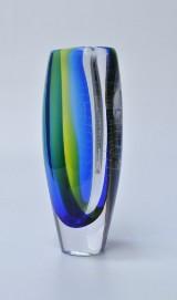 Göran Warff for Kosta Boda. Vase af flerfavet glas med luftbobler