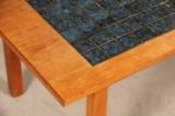 Dansk møbelproducent. Sofabord med kakler, teak