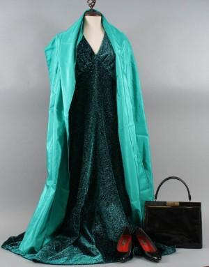 76be468e12b Vintage, handsydd aftonklänning med sjal, lackväska och lackskor