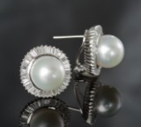 1 pair diamond and pearl clip earrings approx. 2.24 ct. Pearls approx. 12.2 mm.(2)