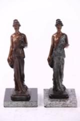 2 Statuen auf Sockel