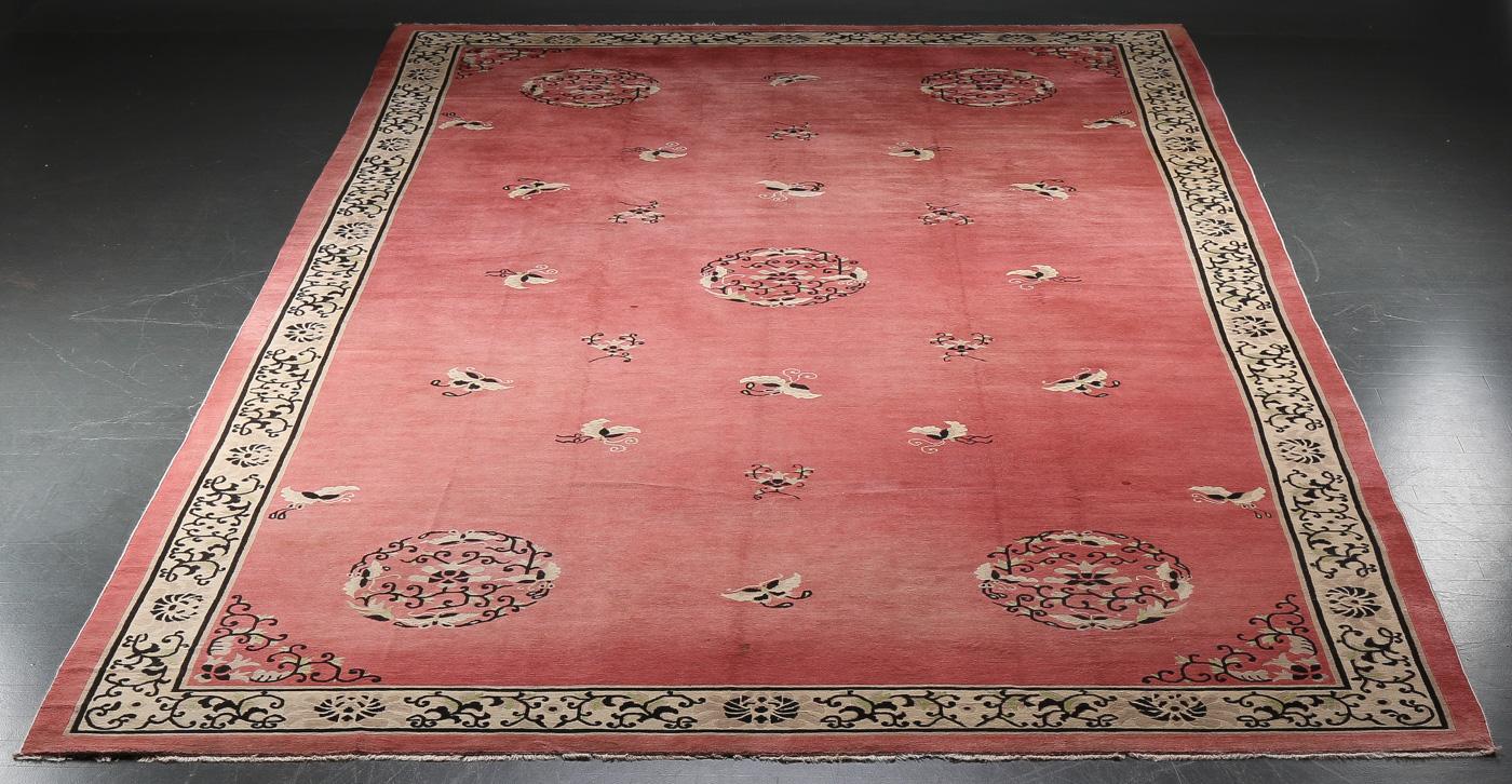 Stort kinesisk tæppe, 533x312 cm - Stort kinesisk tæppe, uld på bomuld. Fremstår med brugsspor og enkelte pletter. 533x312 cm