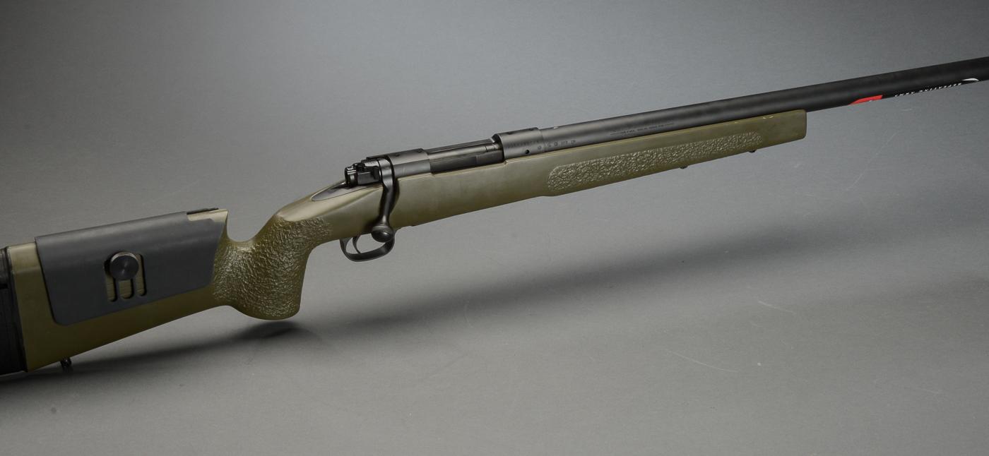 Jagtriffel Winchester M.70 SPR Sport Precision Rifle. kal. 308 Win - Jagtriffel Winchester M.70 SPR Sport Precision Rifle. kal. 308 Win. Våben nr. 35CZZ08228. Svær pibe på 23 mm. med en længde på 60 cm. Totallængde: 114,5 cm. Kolbe med mulighed for højdejustering. Kolbelængde: 37 cm. Grøn syntetisk kolbe....