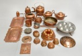 En samling kobber køkkentøj, 1800-1900-tallet