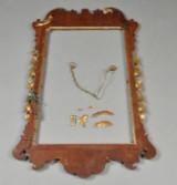 George II spejlramme af mahogni, dekoreret med forgyldt ornamentik.