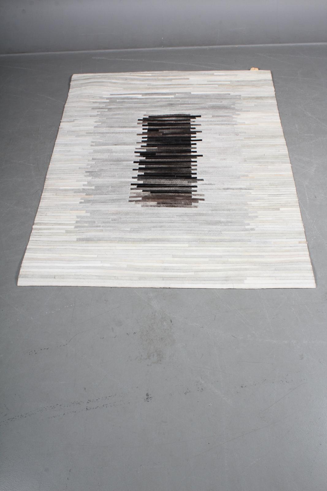 Koskindstæppe. Patchwork, 214 x 156 cm - Koskind. Rustikt patchwork tæppe af brasiliansk koskind. Håndlavet i Indien. Mål: 214 x 156 cm