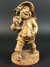 Handgeschnitzte Figur eines Wanderers