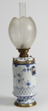 Royal Copenhagen / Kgl. Porcelæn. Musselmalet, halvblonde, stor petroleumslampe