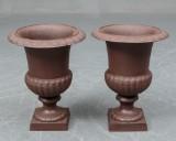 Par havevaser / urner af patineret støbejern h. 41 cm. Af nyere dato . Modelfoto (2)