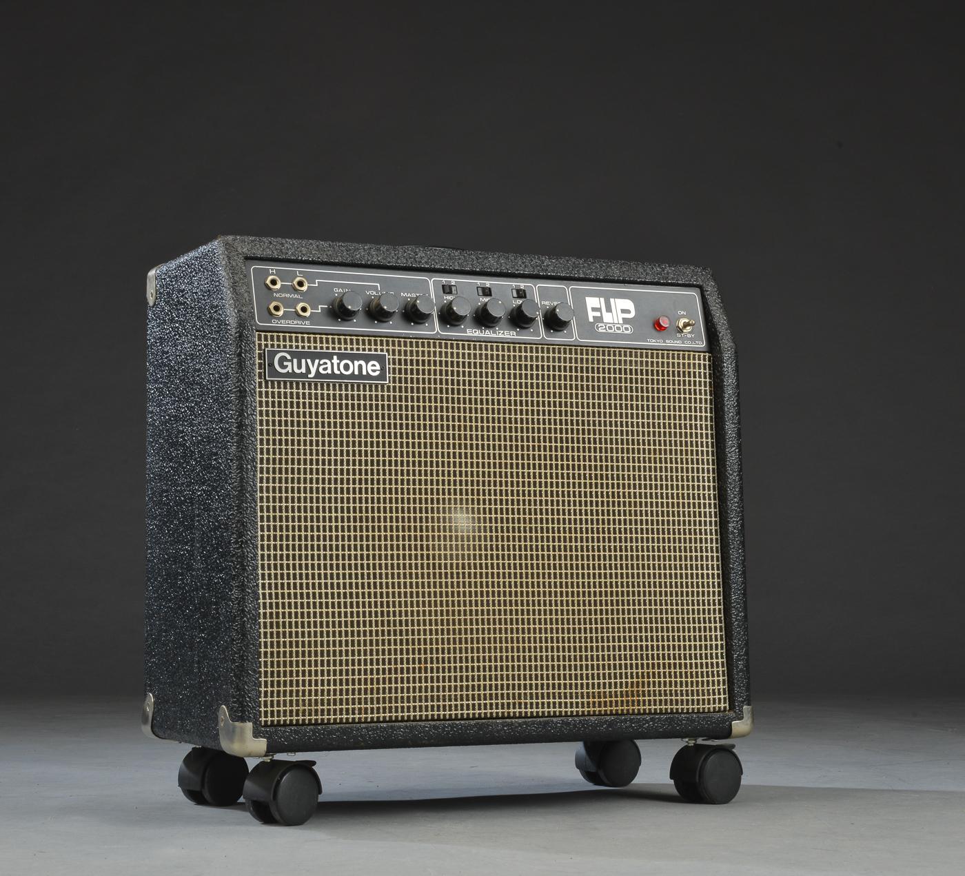 Guyatone, Flip 2000 guitarforstærker - Guyatone, Flip 2000 combo guitar-rørforstærker, model GA-2000. Produceret i Japan, antageligt ca. 1980. Senere monteret på hjul. Dækken og jack-kabel medfølger. Mål: H. 53, B. 51, D. 28 cm. Fremstår med minimale brugsspor