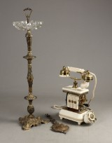 Standeraskebæger, bordtelefon samt pendul (3)