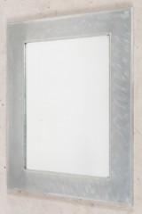 Spiegel mit silberfarbenem Metallrahmen