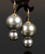 A pair of Tahitian saltwater cultured pearl earrings wtih hooks. Approx. 9.85-14.96 mm (2)