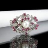 Collierlås, 2-radet af hvidguld med rubiner og perle