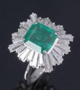 Smaragd- og diamantring af hvidguld, i alt 5.93 ct