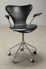 Arne Jacobsen. Office chair with armrests, model 3217, Red Label
