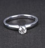 Klassisk engelsk diamant solitairering af 14 kt. hvidguld på ca. 0.32 ct