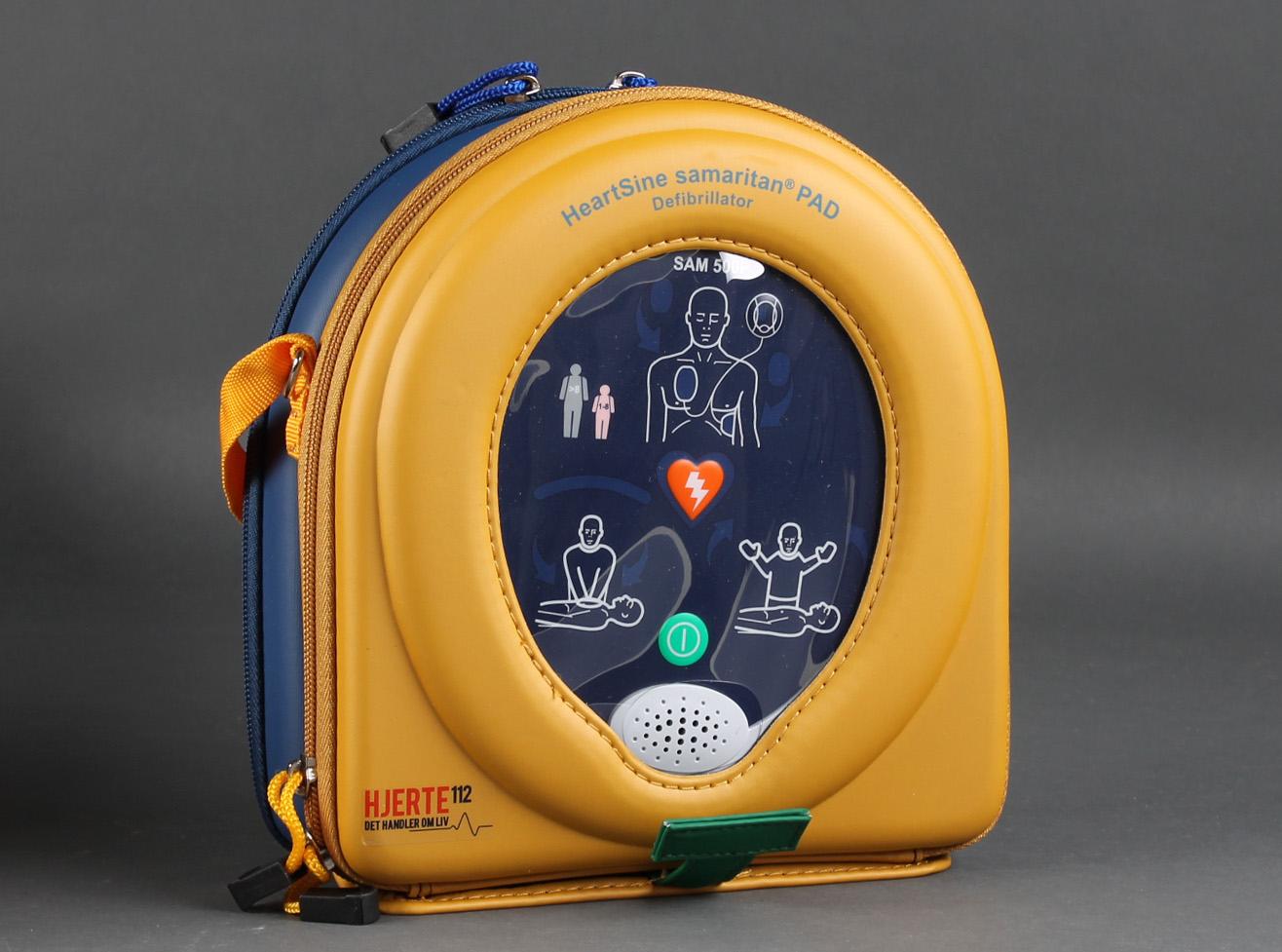 Hjertestarter, Heartsine Samaritan PAD 500 - Hjertestarter fra Hjerte112.dk Model Heartsine Samaritan Pad 500. Vægbeslag til AED First Aid kit * AED Klistermærker AED A5 skilt med refleksion Brugermanual Batterier Elektroder AED Løsningen har dansk stemmeguide. Montering samt evt. kurser kan...