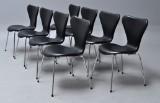 Arne Jacobsen. Et sæt på otte 'Syver' stole, sort læder, model 3107. (8)