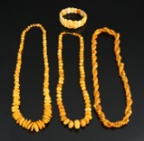 Samling af gule ravsmykker (4)