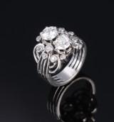 Bred diamantring af platin, diamanter med ældre slibninger i alt ca. 1.80 ct. 1940erne