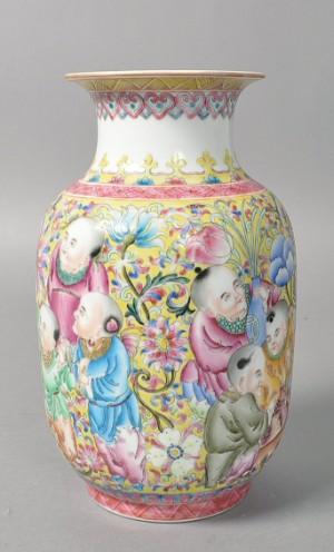 Kinesisk vase af porcelæn. Chien Lung-mærke. 20. årh.