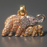 An elephant pendant in tricolour with brilliant cut diamonds