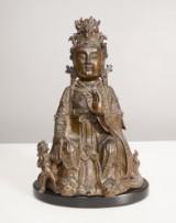 Sittande Guanyin, brons på träsockel. Kina 1700/1800-tal