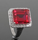 Diamond and synthetic ruby ring, 18kt. white gold, approx. 0.44ct