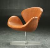 Arne Jacobsen. 'Svane' lænestol, cognacfarvet læder