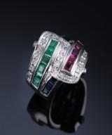 Diamantring af platin prydet med rubiner og smaragder. Vægt ca. 13 gr.  Ringstr. 48/15,25