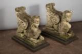 Par sfinksfigurer, lys sten, med sokkelplader (6)