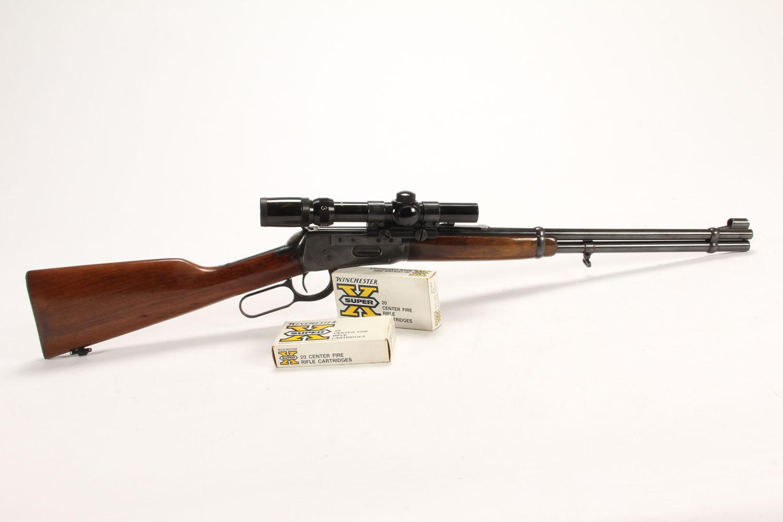 Winchester M94 kal. 30-30 m/kikkert - Winchester M94 Kal. 30-30 Win. LL 49 OAL96 cm. Monteret med 1,5-4 x 22 Bushnell kikkert i Weaver sidemontage. Skæfte af lakeret valnød, helblåneret. Fremstår lydefri og mekanisk velfungerende, hel blånering fraset lidt slid på kanter og et par...
