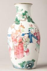 Famille-rose Vase mit figürlicher Szene, China, späte Qing-Dynastie