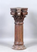 Piedestal i form af søjle af udskåret træ
