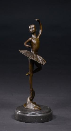 Bronzeskulptur, ballerina - Dk, Kolding, Trianglen - Bronzeskulptur, ballerina i patineret bronze monteret på sokkel af sort marmor. Sign. 'Milo' i bronzen. Af nyere dato. H. 32 cm. B. 14 cm. - Dk, Kolding, Trianglen
