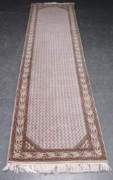 Orientalsk løber, 355 x 80 cm.