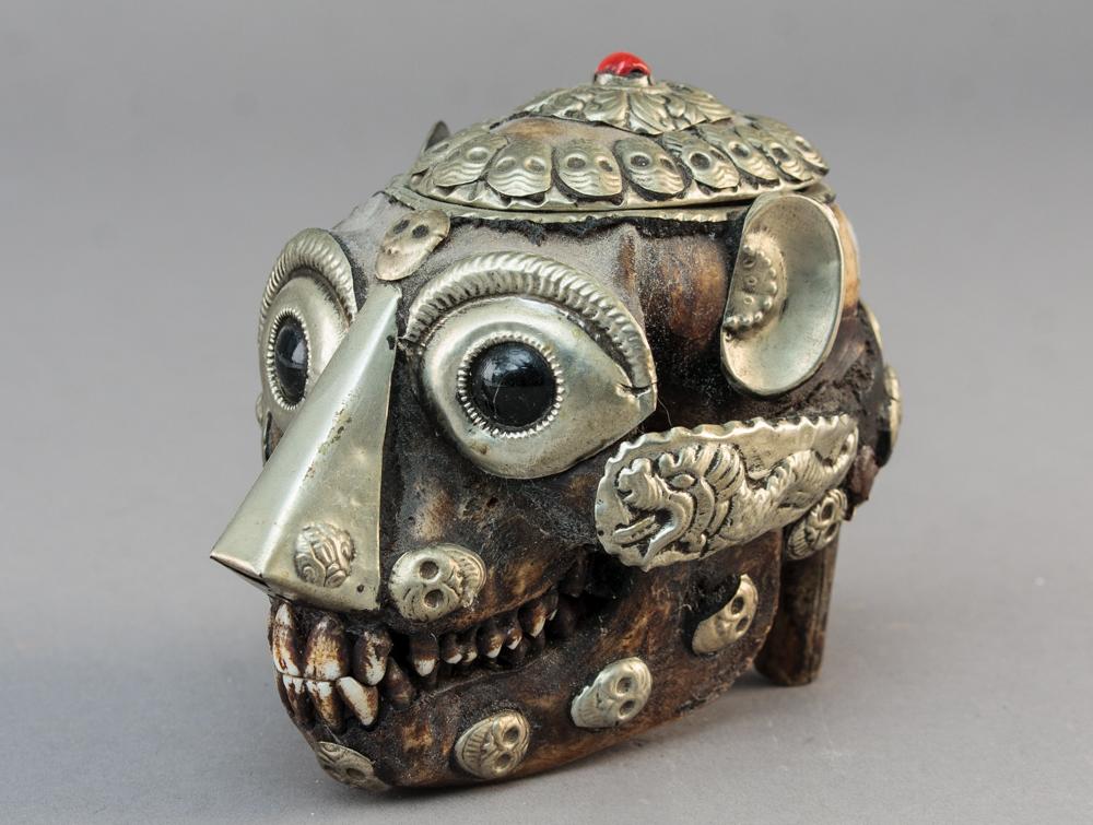 Tibetansk abe kranie - Tibetansk abe kranie med sølv (antageligt) monteringer. H 10 cm