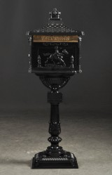 Brevlåda i engelsk stil, svartlackad plåt.