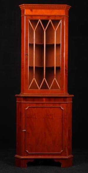 slutpris f r eckvitrine im englisch stil 20 jh. Black Bedroom Furniture Sets. Home Design Ideas