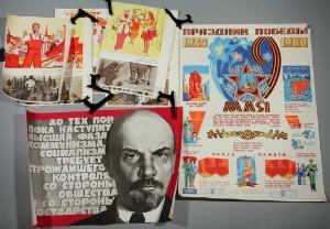 En samling kommunistiske plakater, Rusland omkr. 1980 (10) - Dk, Vejle, Dandyvej - En samling sovjetiske, kommunistiske propagandaplakater, bl.a. en med Lenin og en serie på otte små plakater, der sammenligner Sovjetunionen med den kapitalistiske verden i satire, Rusland omkr. 1980. Mål mellem 56 x 43 og 105 x 8 - Dk, Vejle, Dandyvej