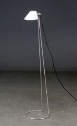 Standerlampe af børstet stål med skærm af opalglas