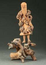 Kinesisk figur af udskåret rodtræ