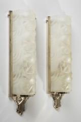 Paar Art Déco Wandlampen von Degué aus gepresstem Glas und Bronze (2)