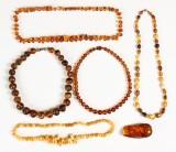 Samling forarbejdet rav, smykker samt poleret klump (6)