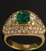 Smaragd,- og brillantring med Columbiansk smaragd på ca. 1.30 ct. Brillanter ca. 1.80 ct. TW/VVS