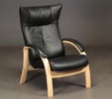 Dansk møbelproducent. Lænestol betrukket med sort læder
