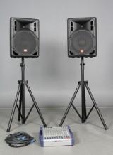 Solton højttalere og mixer med stavtiv samt kabler.